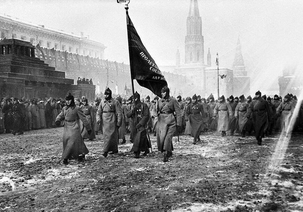 1927_november_7_parade_az_akkor_meg_burkolatlan_saros_voros_teren_moszkvaban.jpeg