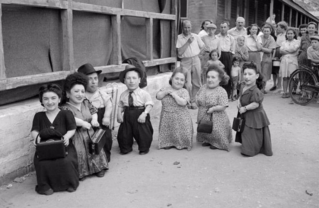 1950_haifa_izrael_het_gnom_auschwitz_egy_csalad_lilliputians_aki_tulelte_a_koncentracios_tabort.jpeg