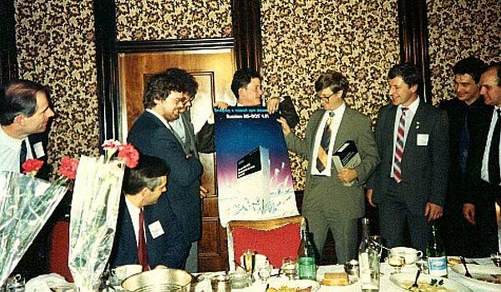 1990_bill_gates_egy_vacsora_elott_a_bemutato_a_szovjetunioban_az_orosz_valtozata_az_operacios_rendszer_ms-dos_4_01.jpeg