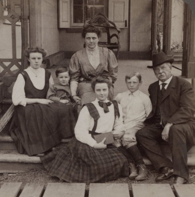 1907_grover_cleveland_with_his_family_in_princeton_nj.jpg