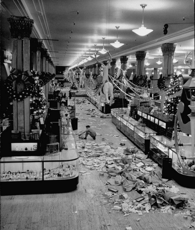 1948_after_the_christmas_shopping_rush_a_macy_s_alkalmazottja_takarit_zaras_utan.jpg