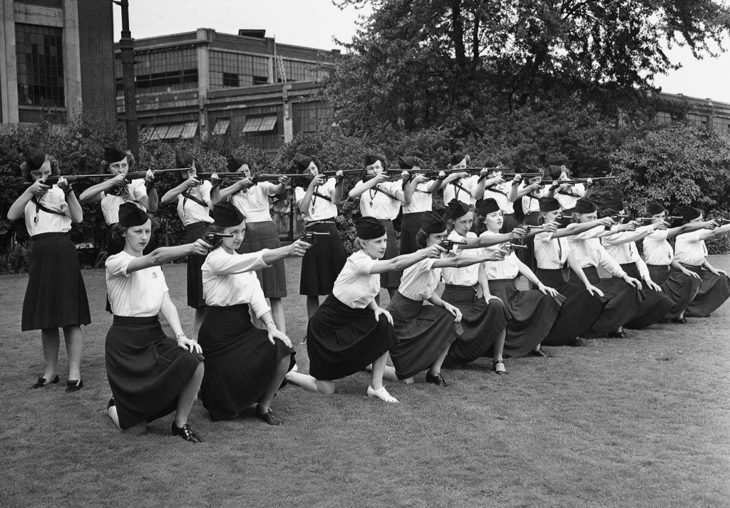1942_female_guards_learning_how_to_sight_guns_detroit.jpg
