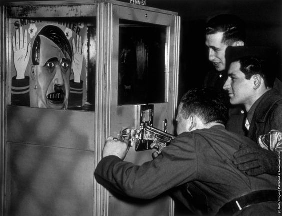 1942_vicces_vasari_cellovolde_amiben_hitler_a_celpont_london_uk.jpeg