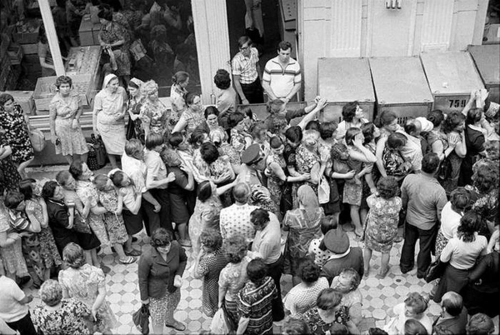 1975_sorban_allas_a_moszkvai_gum_aruhazban.jpeg