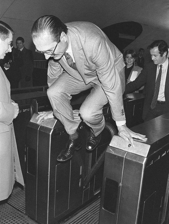 1980_parizs_polgarmestere_jacques_chirac_a_parizsi_metro_ajtajat_ugrik_be_a_modern_muveszet_kiallitasa_alkalmabol_az_auber_allomason.jpg