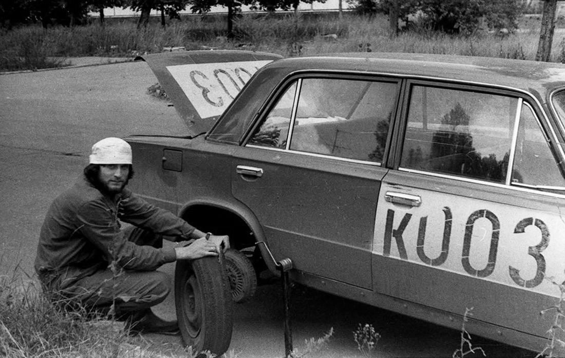 1988_a_csernobili_katasztrofa_helyreallitasi_munkai_idejen_a_pripjatyi_kitelepitett_lakososk_hatrahagyott_gepkocsijaibol_kialakitott_egyik_szolgalati_jarmu_azonositasi_szammal_az_oldalan_cr.jpg