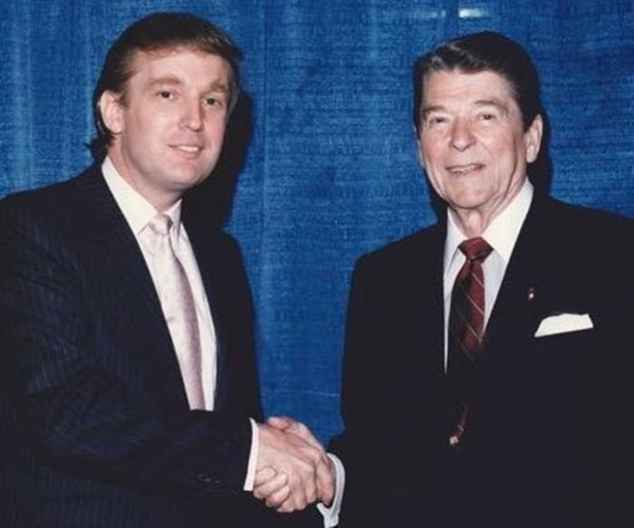 1981_donald_trump_gratulal_az_ujonnan_megvalasztott_amerikai_elnoknek_ronald_reagannek.jpeg