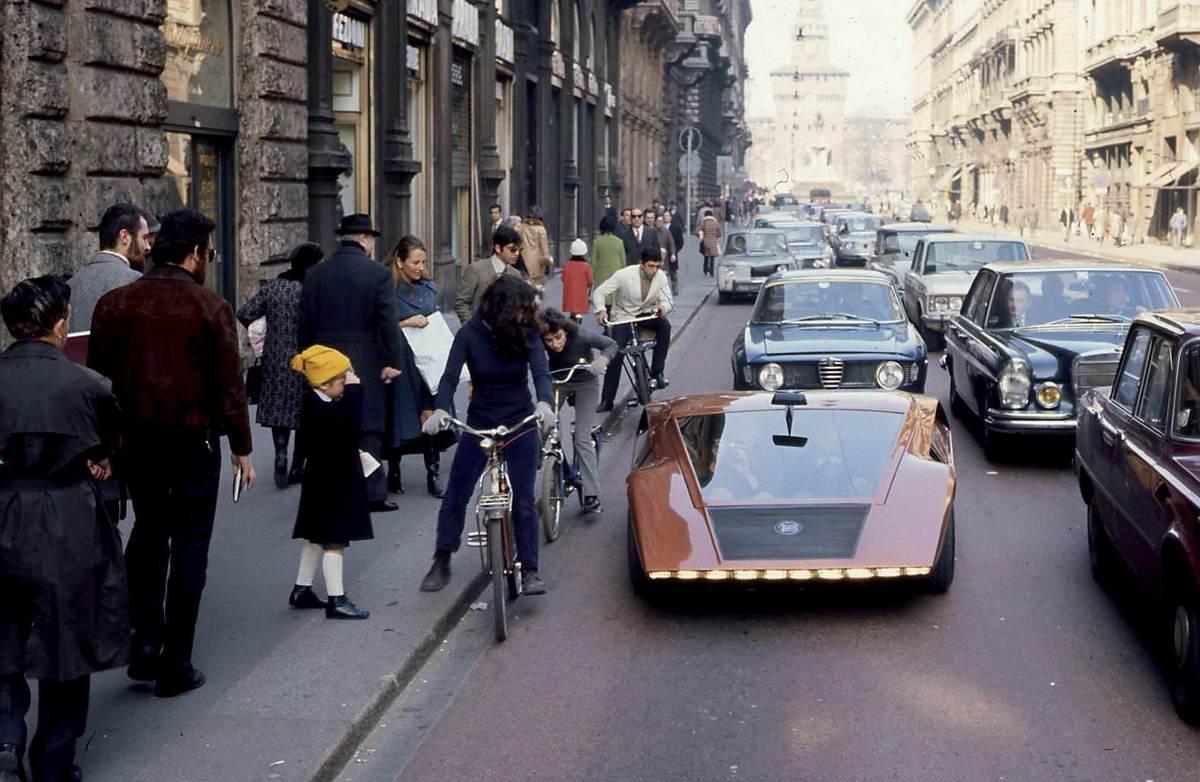 1970_lancia_stratos_zero_okoz_feltunest_egy_olasz_utcan.jpg