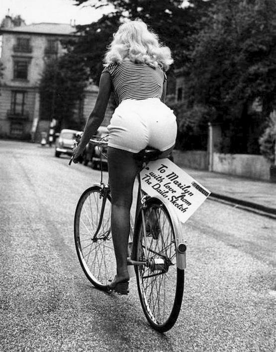 1956_marilyn_monroe_a_londoni_1956-os_sajtotajekoztato_utan.jpeg