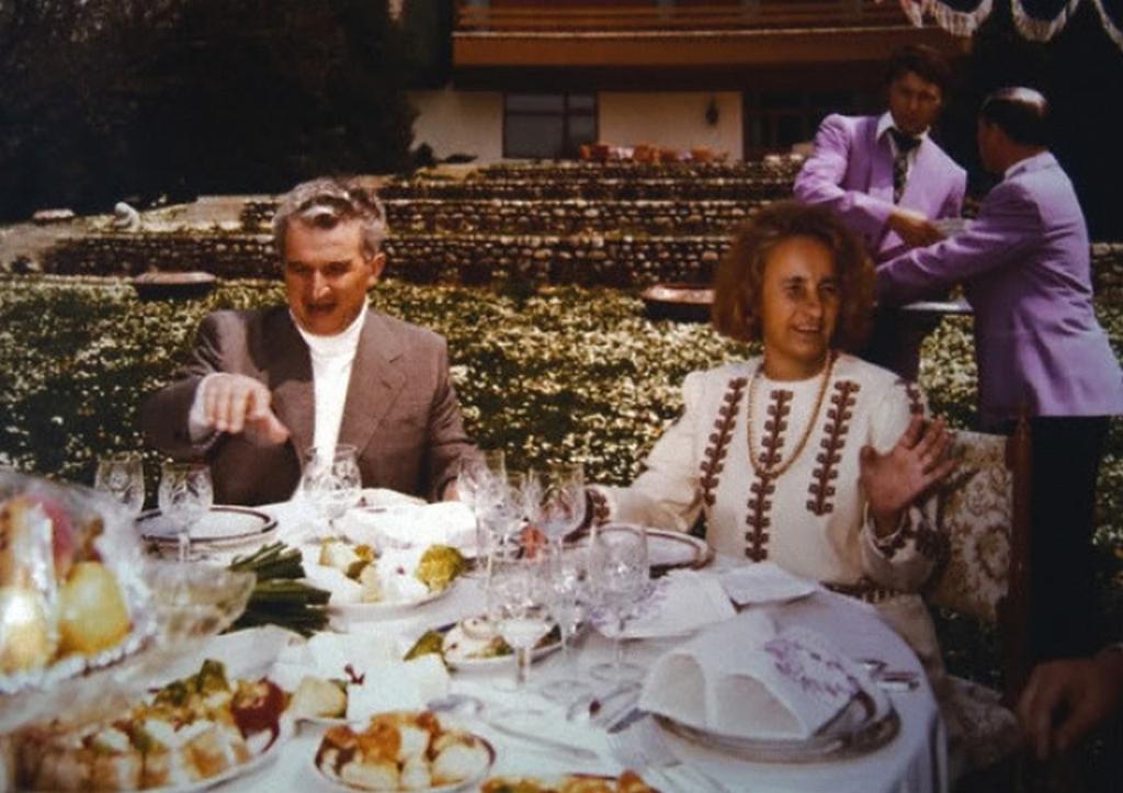 1980-as_evek_nicolae_ceausescu_diktator_felesegevel_elena_vacsora_1980-as_evekben_romaniaban.jpeg
