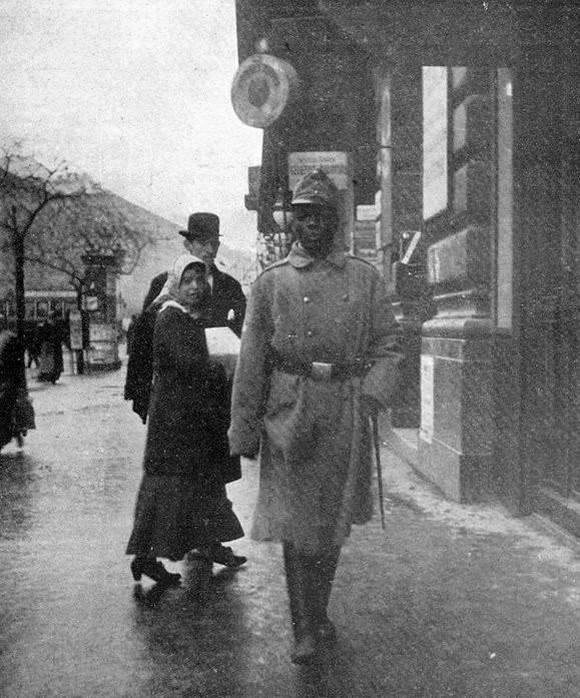 1915_szerecsen_honved_a_koruton_egy_budapesten_elo_torok_allampolgar_rabszolgaja_volt_aki_ura_halala_utan_a_fovarosban_maradt_majd_a_haboru_kitorese_utan_besoroztak_elet_fi_varkonyi_titusz.jpg