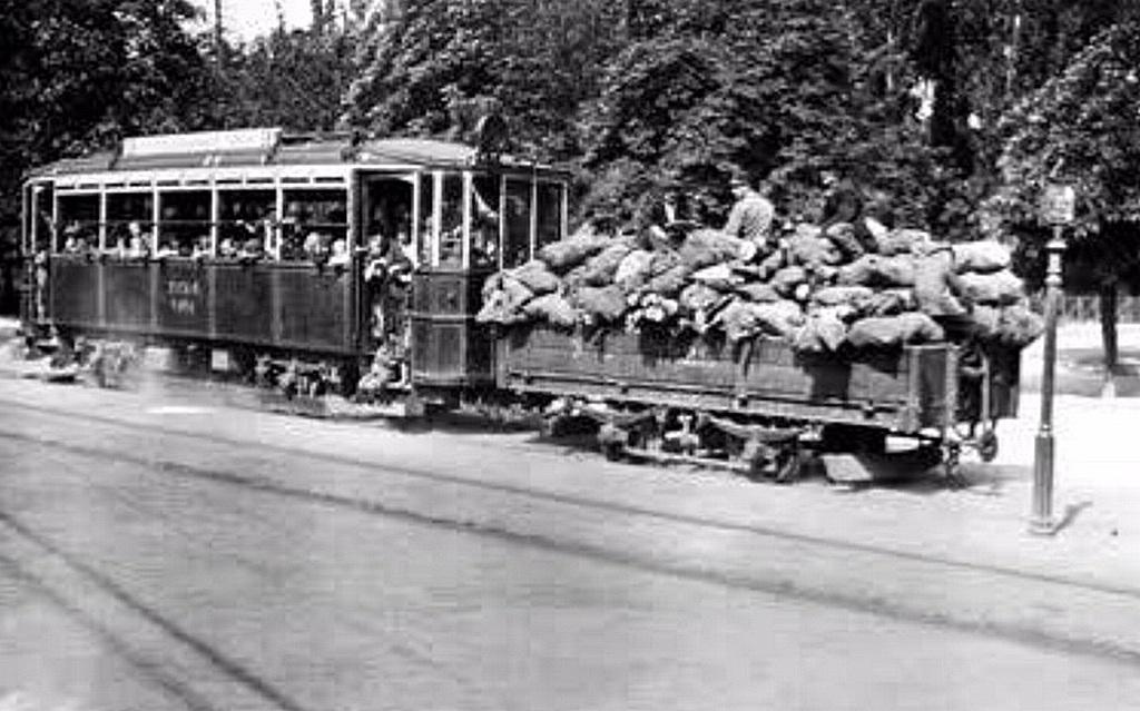 1918_tuzelovel_megrakott_kocsit_huz_a_huvosvolgybol_kozlekedo_villamos.jpg