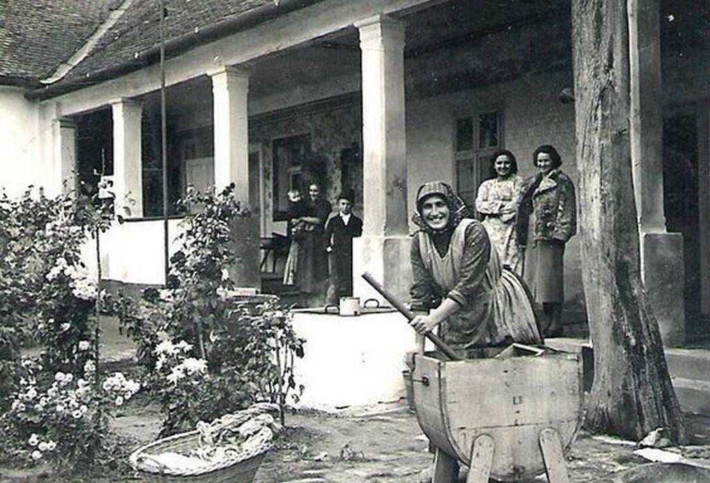 1930-as_evek_nagymosas_az_udvaron_egyszeru_mosogeppel.jpg