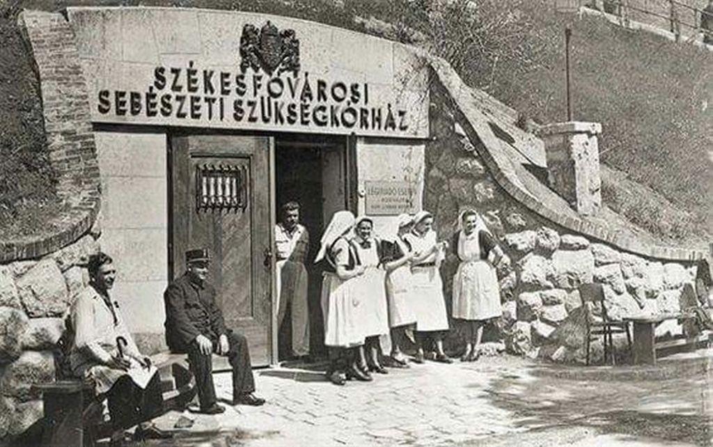 1944_lovas_ut_a_sziklakorhaz_bejarata.jpg