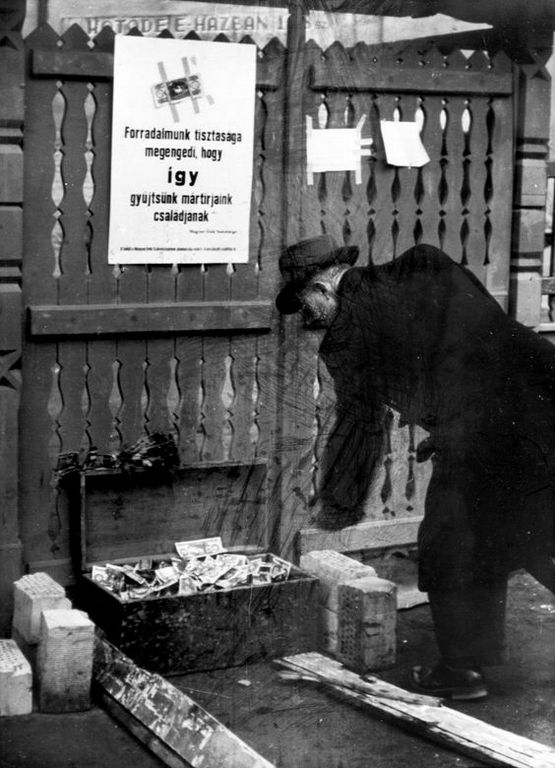 1956_novembere_nyilt_adomanygyujtes_egy_utacai_ladaban.jpg
