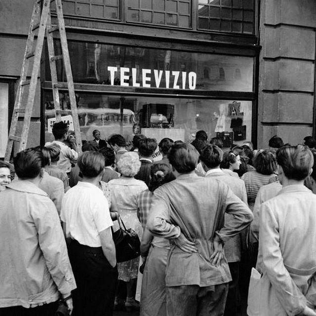 1956_szeptember_a_kiserleti_televizio_adasat_nezik_a_jarokelok_budapesten_egy_kirakatban.jpg