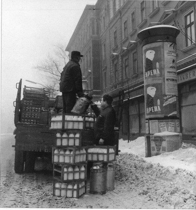 1960-as_evek_tejtermek_erkezik_a_bolt_ele.jpg