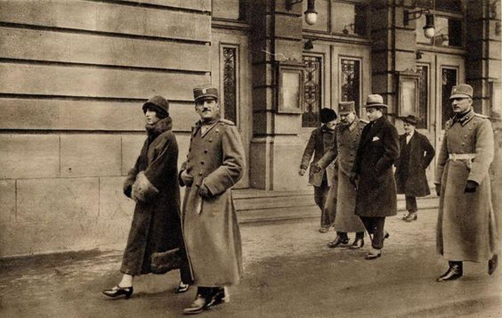 1924_king_aleksandar_and_queen_maria_in_front_of_the_theater_belgrad.jpg