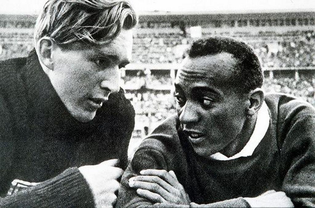 1936_berlin_olympics_the_german_silver_medalist_lutz_long_was_the_first_to_congratulate_jesse_owens_baratsag_olasz_fronton_halt_meg_owens_volt_a_fia_kai_vofelye.jpg