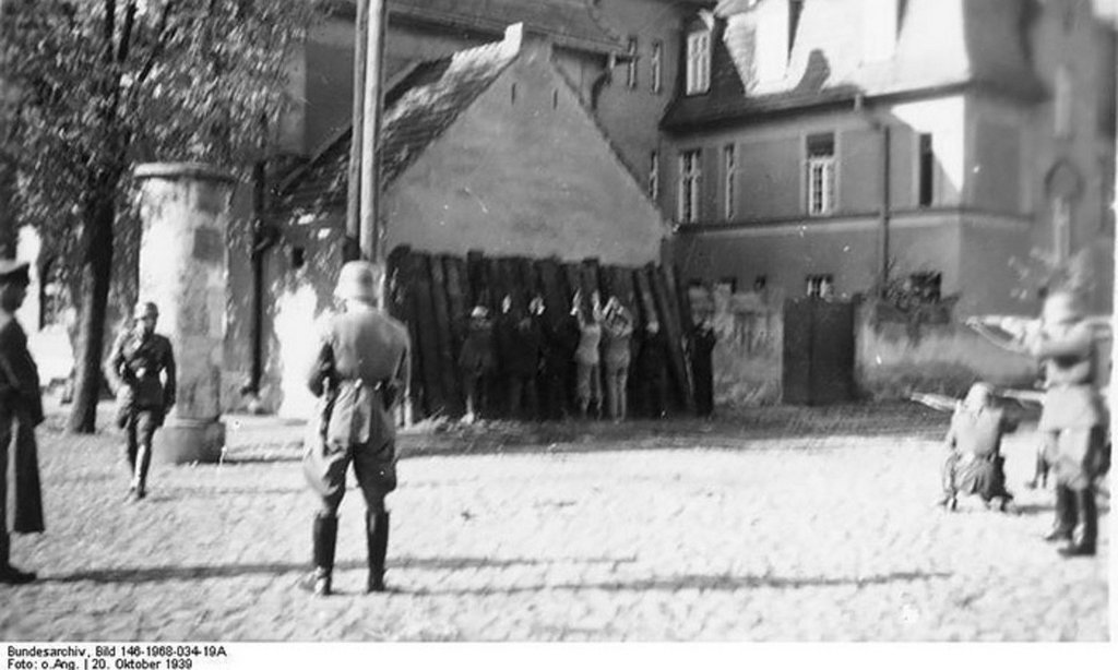 1939_einsatzgruppen_men_killing_polish_people_in_poland_october_1939.jpg