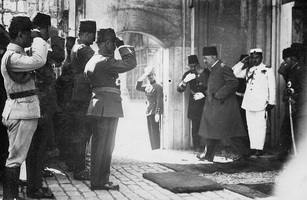 1923_the_36th_and_final_ottoman_sultan_mehmed_vi_hurriedly_departs_from_the_royal_palace_after_abolishing_the_600_year_old_monarchy_jul_24_1923.png