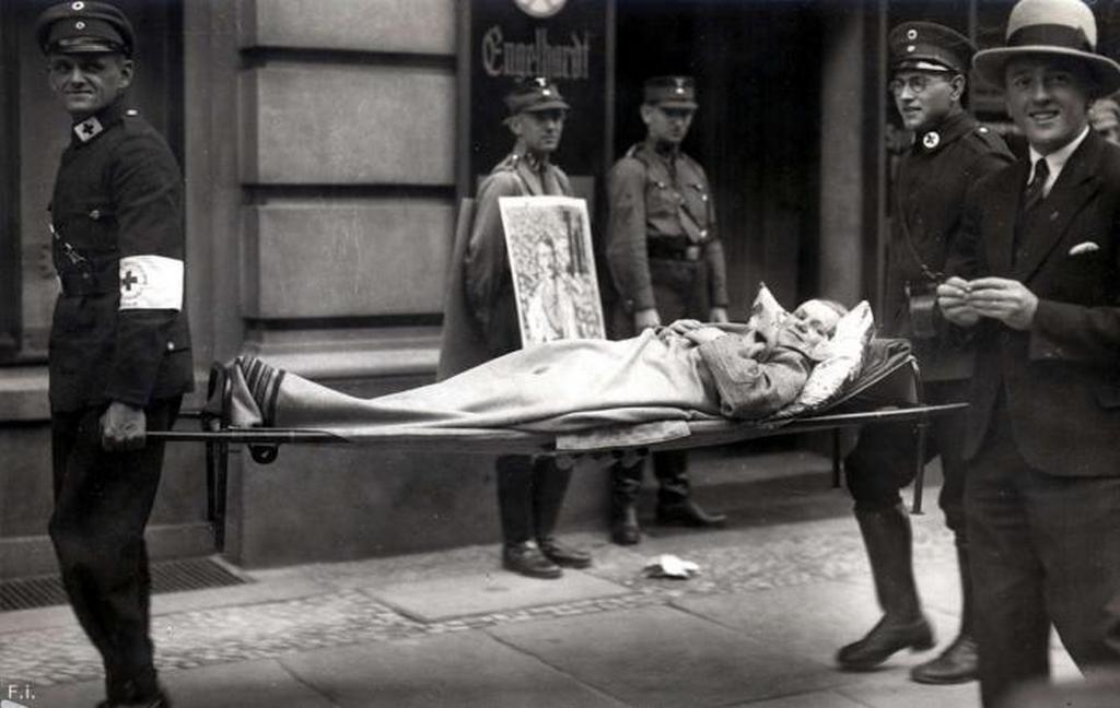 1932_betegek_szallitasa_a_szavazohelyisegekbe_a_nemetorszagi_parlamenti_valasztasok_soran.jpeg
