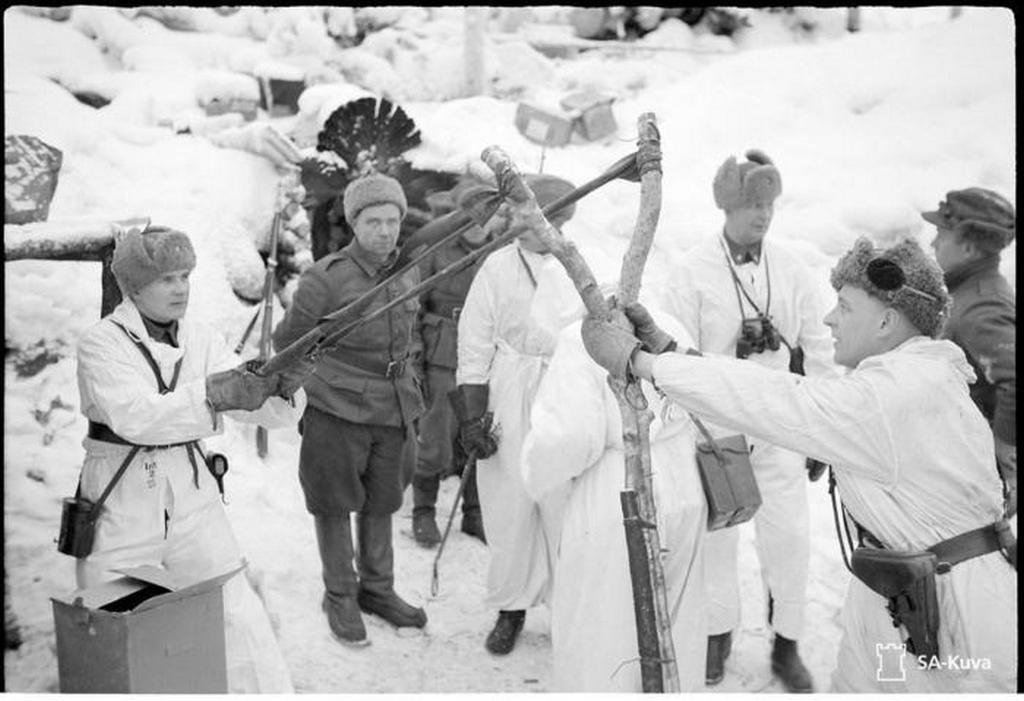 1941-44_a_finn_katonak_zaszlot_hurkolnak.jpeg