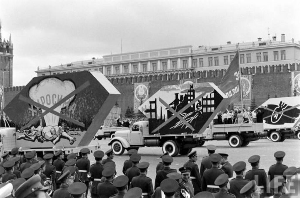 1961_majus_1_haboruellenes_demonstracio_a_majusi_paradeban_moszkva.jpeg