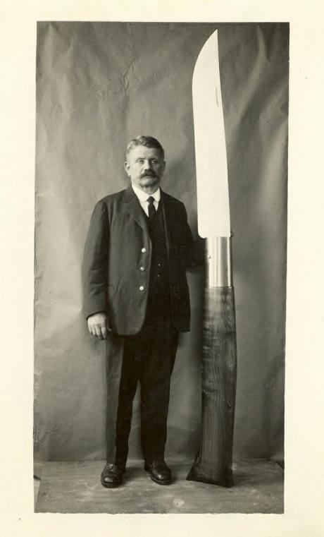 1914_a_zsebkes_feltalaloja_a_svajci_bitchska_maxi_egy_korai_am_nagyon_igeretes_prototipussal.jpg
