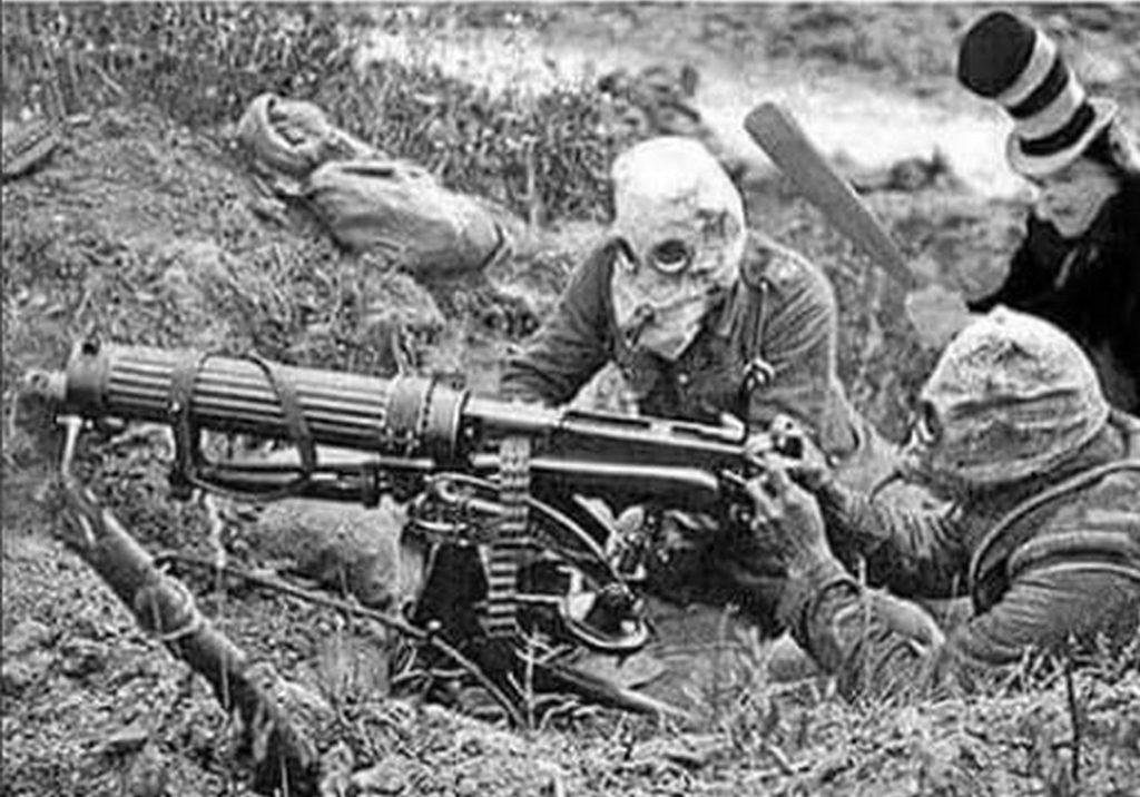 1917_bator_francia_katona_kerit_be_egy_nemet_loveszarkot_a_nyugati_fronton_cr.jpg