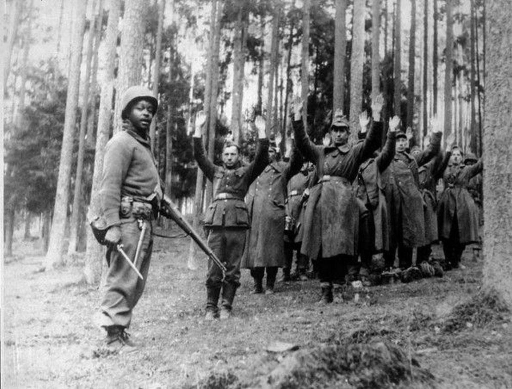 1944_amerikai_katona_tartoztat_le_egy_nemet_osztagot_akik_a_harmadik_birodalom_utolso_be_nem_vetett_megtorlofegyverenek_prototipusat_cipeltek_a_fekete-erdon_at_a_szemmel_lathatatlan_raketa_v3_neven.jpg