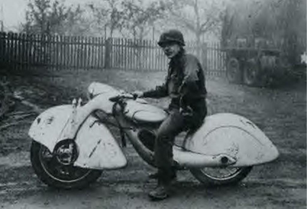 1945_koln_bombazasakor_lezuhant_b-24_liberator_navigatora_lucky_mcgyver_egy_a_gep_roncsaibol_epitett_motorkerekparral_erte_el_az_amerikai_vonalakat.jpg