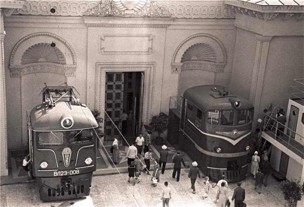 1961_a_vl23_villamos_mozdony_es_a_te3_dizelmozdony_vezetoit_a_szovjetunio_szallitasa_pavilonjan.jpeg