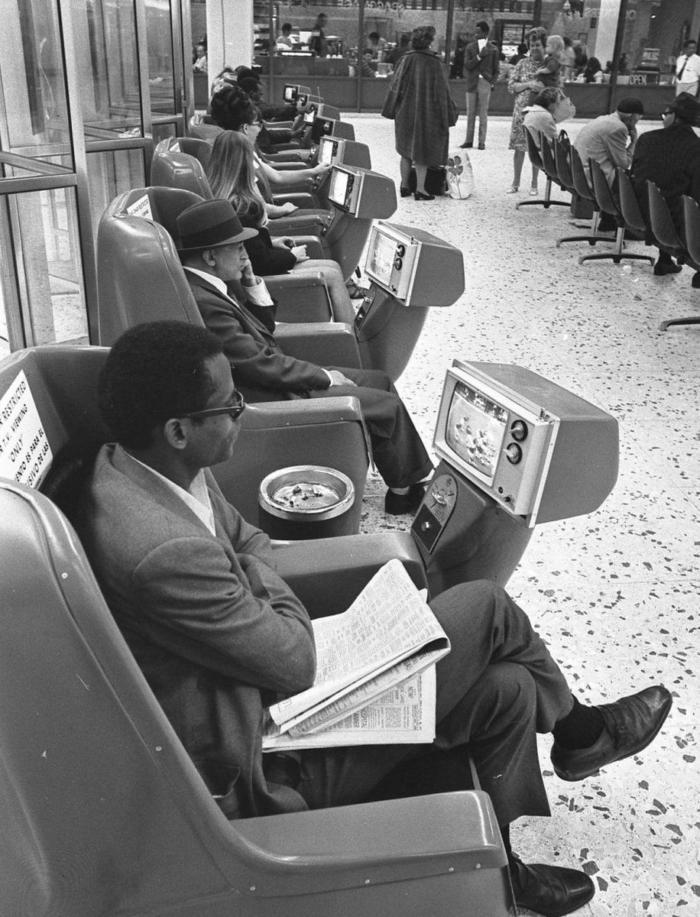 1969_a_greyhound_buszpalyaudvaranak_varoterme_fizetos_tevekkel_los_angelesben_usa.jpeg