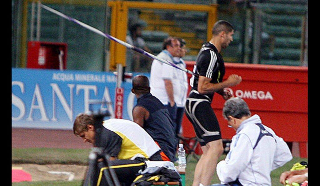 2007_a_romai_fedettpalyas_atletikai_jatekokon_egy_rosszul_elhajitott_gerely_furodott_salim_sdiri_tavolugro_oldalaba.jpg
