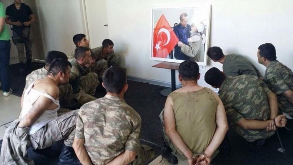 2016_a_torok_miniszterelnok_erdogan_elleni_puccskiserletben_reszt_vevo_tisztek_egy_csoportja_letartoztatasuk_utan.jpg