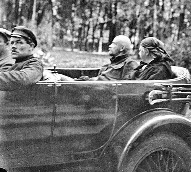 1923_lenin_es_krupskaya_rolls-royce_silver_ghost_1923_gorki.jpeg