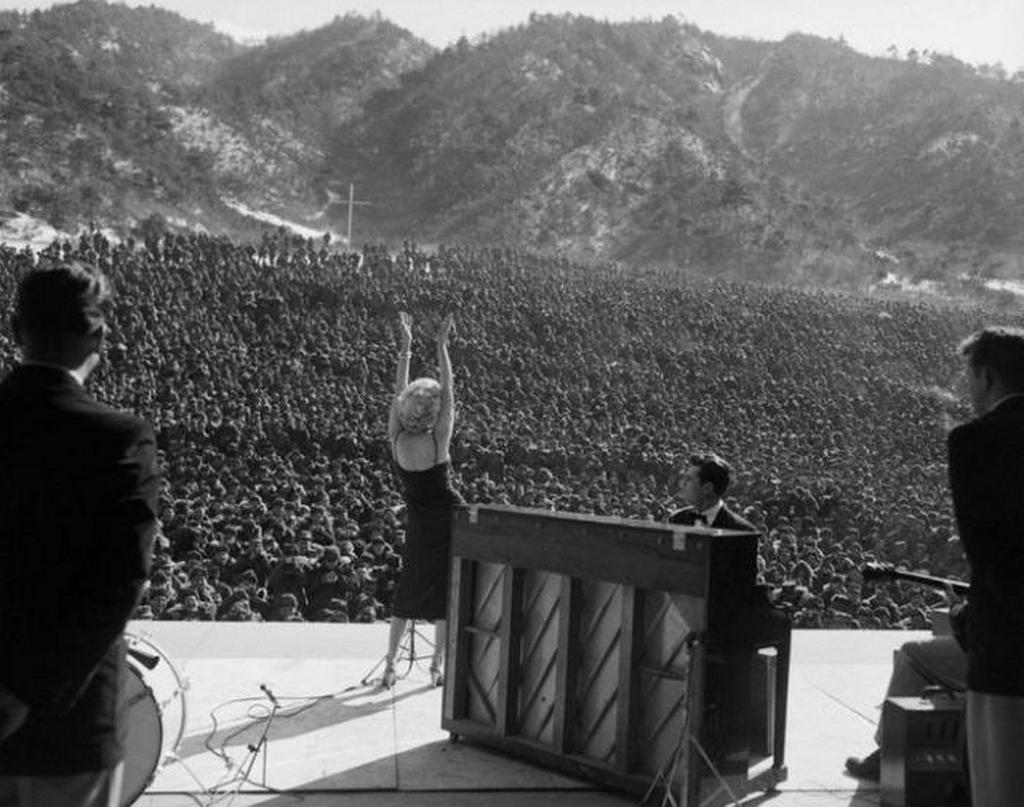 1954_marilyn_monroe_beszel_az_amerikai_katonaknak_1954-ben_koreaban.jpeg