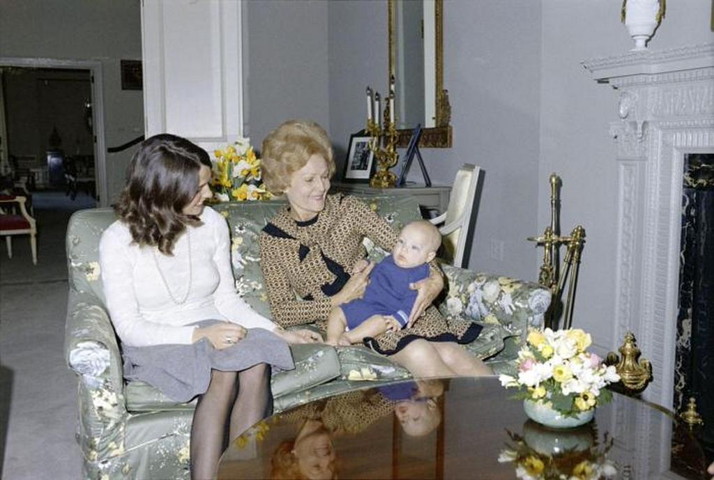 1972_ottawa_justin_trudeau_kanada_kanadai_miniszterelnoke_az_usa_pat_nixon_elso_holgyenek_kezeben.jpeg