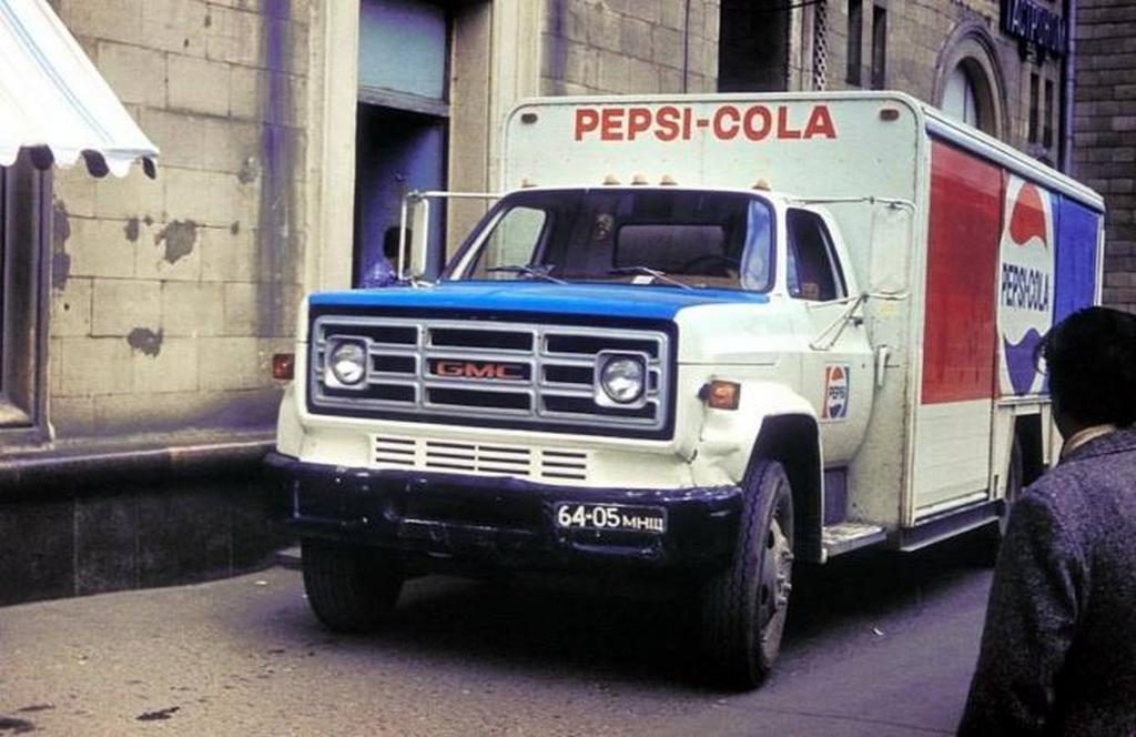 1982_pepsi-cola_teherauto_a_kutuzovsky_avenue_moszkva.jpeg