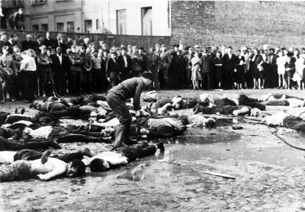 1941_junius_27_lithuanian_nationalists_publicly_clubbing_jews_to_death_during_the_lietukis_garage_massacre_kovno_today_kaunas_lithuania.jpg