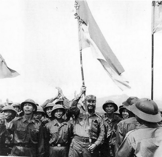 1973_fidel_castro_raises_the_khe_sanh_batallion_s_flag_as_an_act_of_comradeship_vietnam.jpg