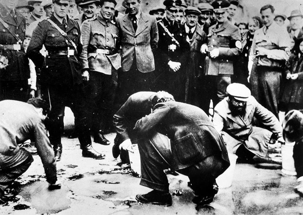 1938_jews_are_made_to_clean_the_streets_of_vienna_after_the_anschluss.jpg