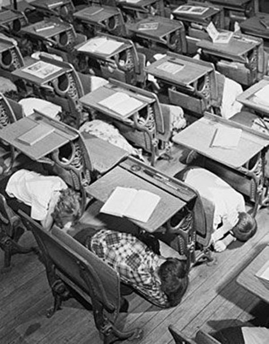 1950-es_evek_vege_duck_and_cover_drill_in_a_grade_school_in_us.jpg