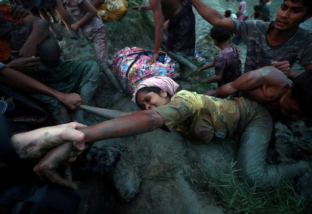 2017_11_01_photographers_help_a_rohingya_refugee_climb_out_of_the_nad_river_as_they_cross_the_burma-bangladesh_border_nov_1.jpg