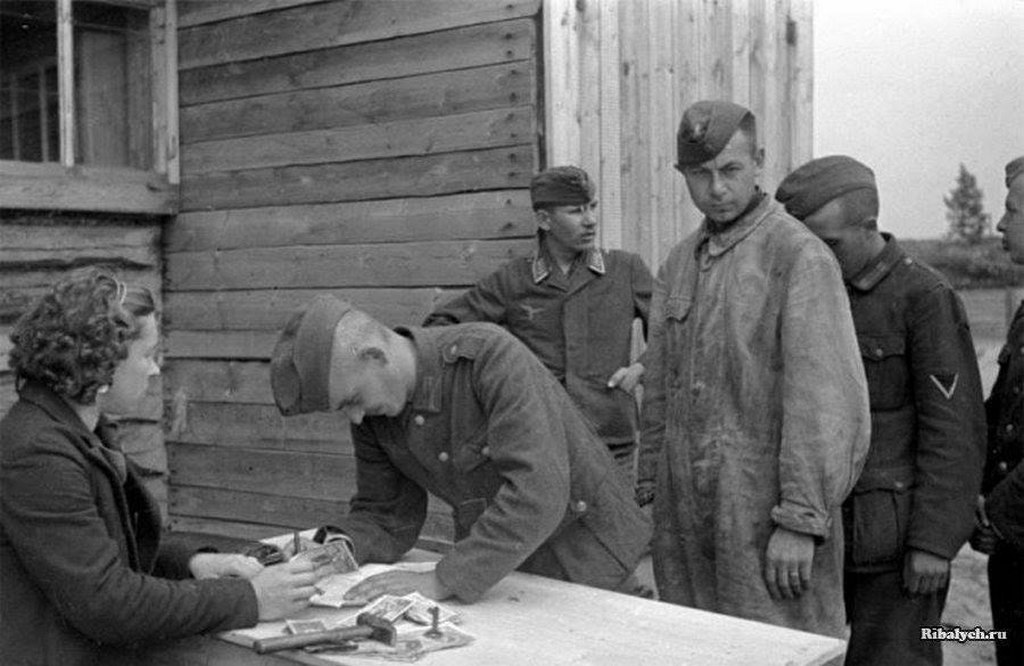 1944_junius_payroll_distribution_to_wehrmacht_soldiers_in_soviet_pow_camp_salary_ranking_g_i_7_rub_officers_10_rub_colonels_15_rub_generals_30_rub_plus_50_rub_bonus_who_overfulfiled_working_norm.jpg