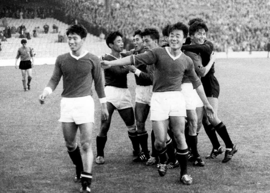 1966_eszak-koreai_csapat_az_olasz_csapat_gyozelme_utan_a_vilagbajnoksagon_anglia.jpeg