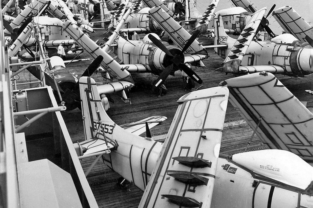 1965_utanpotlas_a-1_skyraider_tamadorepulogepek_erkeznek_az_amerikai_usns_core_fedelzeten_saigonba_del-vietnamba.jpg