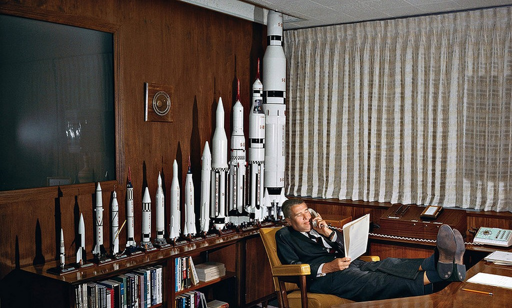 1965_werner_von_braun_raketatervezo_a_marchall_space_flight_center_irodajaban_huntsville_alabama.jpg