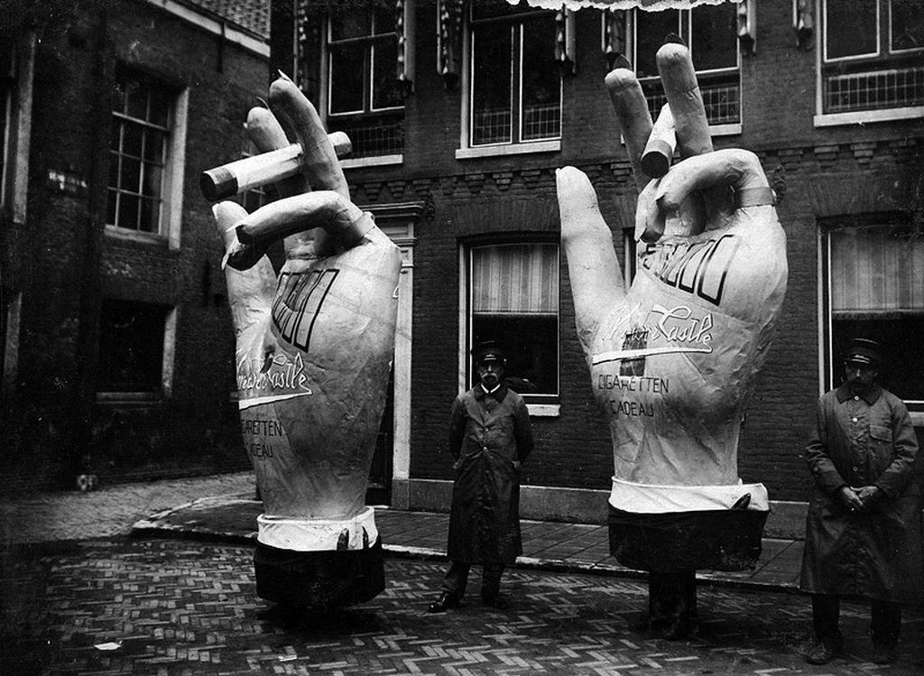 1920_elo_hirdetesek_az_amszterdam_utcain.jpg